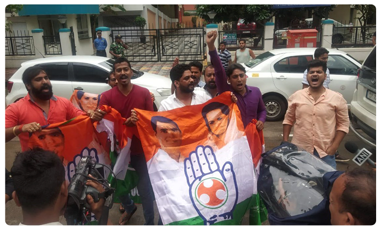 Karnataka crisis live updates, సోఫిటెల్ ఎదుట కాంగ్రెస్ కార్యకర్తల ధర్నా