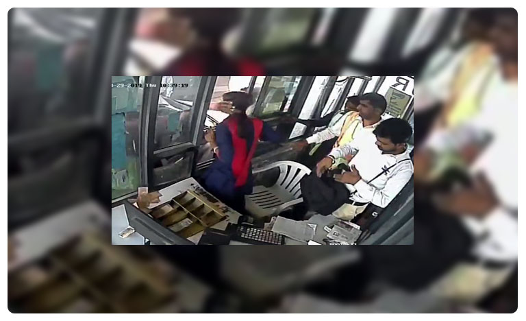 Woman Toll Collector Slapped at Gurgaon Toll Booth, Hits Back