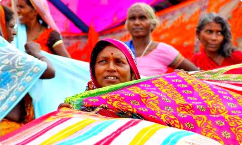Telangana Government To Distribute Bathukamma Sarees, తెలంగాణ ఆడపడుచులూ.. బతుకమ్మ చీరెలు వచ్చేశాయి..!