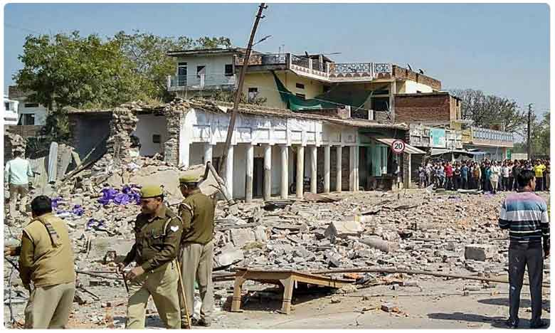 Uttarpradesh: Blast In House Storing illegal Crackers, బ్రేకింగ్: ఉత్తరప్రదేశ్లోని బాణసంచా ఫ్యాక్టరీలో పేలుడు.. ఆరుగురు మృతి..!