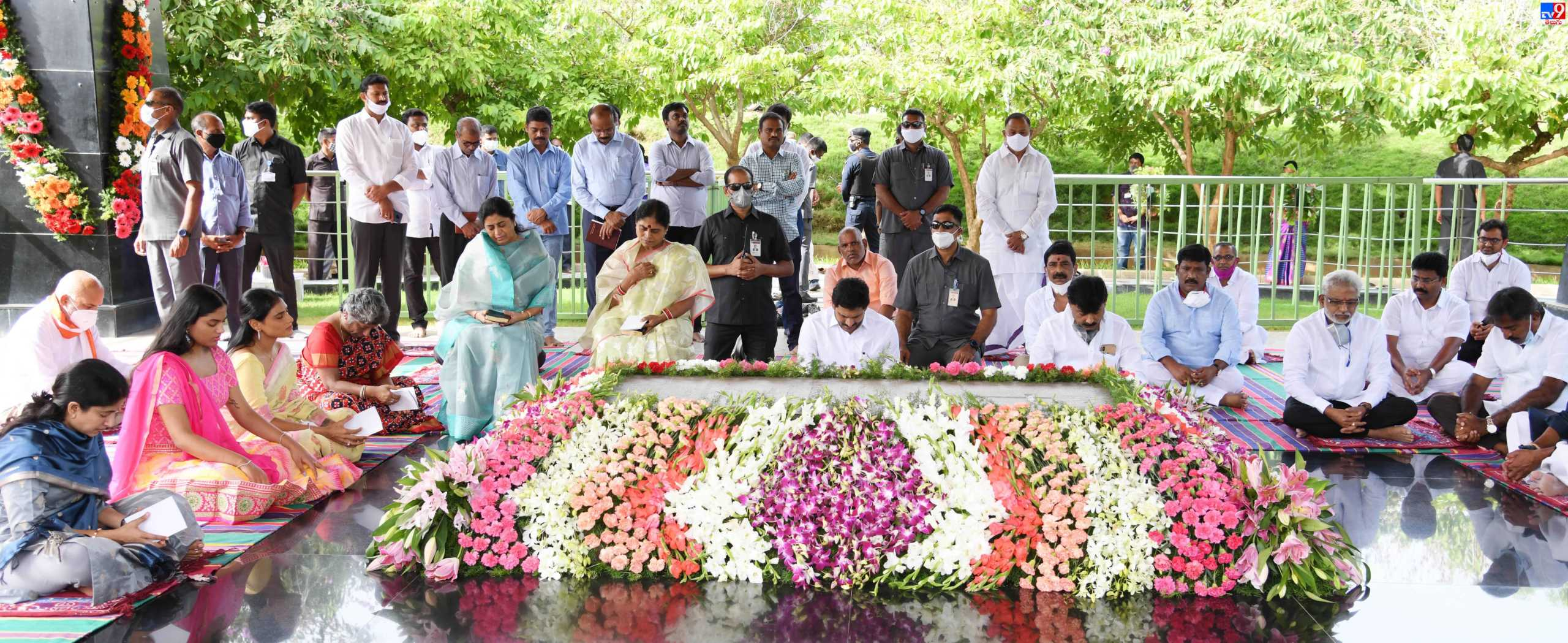 YS Jagan Tributes YS Raja Sekhar Rddy, వైఎస్సార్కు ముఖ్యమంత్రి జగన్ నివాళి