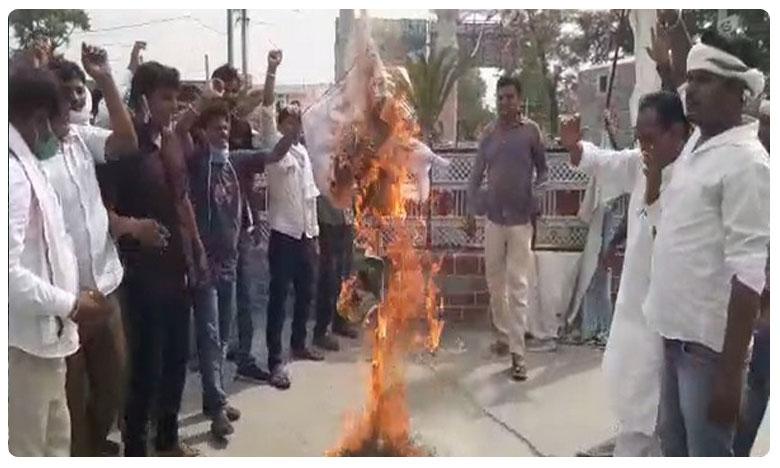 Pilot's supporters burn Gehlot's effigy in Tonk, రాజస్థాన్లో సీఎం దిష్టిబొమ్మ దహనం చేసిన సచిన్ వర్గం..