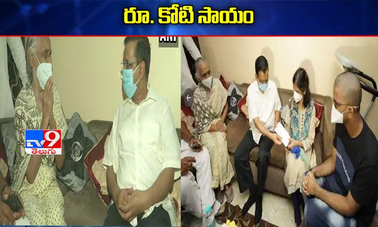 Arvind Kejriwal hands over Rs 1 Crore cheque to family of LNJP doctor who died battling COVID-19, డాక్టర్ గుప్తా కుటుంబానికి రూ. కోటి పరిహారం..ఇంటికెళ్లి చెక్ అందజేసిన సీఎం