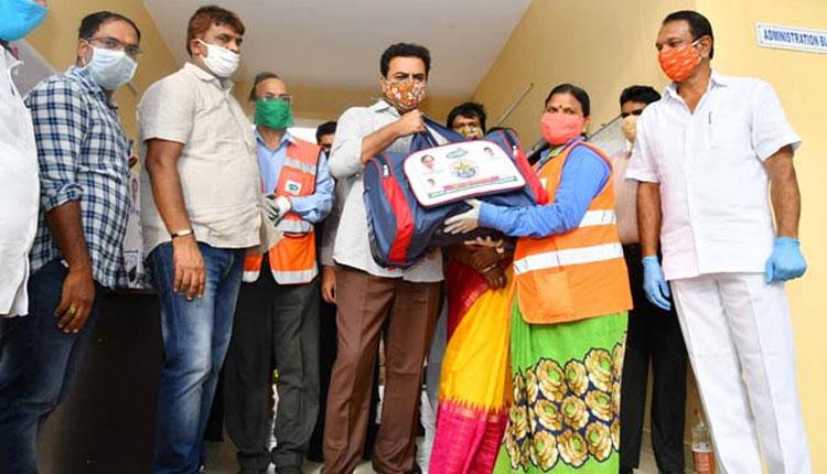 Minister ktr distributes ppe kits to ghmc entomology staff, పారిశుద్ధ్య కార్మికులకు పీపీఈ కిట్లు అందించిన కేటీఆర్