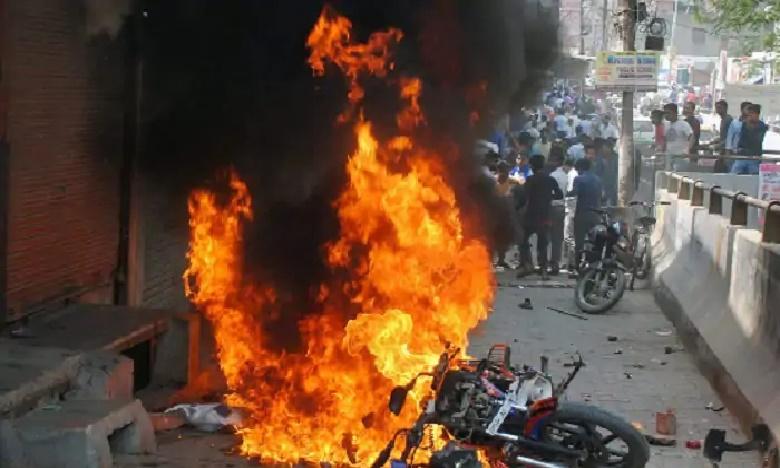 fifty People Detained By Police After Violence Houses Boats Set Ablaze In Tamil Nadu Cuddalore, తమిళనాడులో అల్లర్లు.. ఆస్తుల దహనం, ఒకరు మృతి
