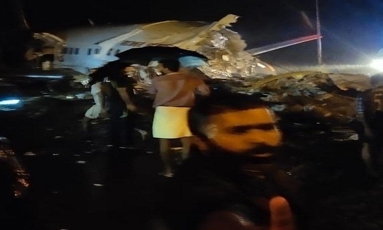 air india express flight skids off runway while landing at kozhikode, BREAKING NEWS : కోజికోడ్ ఎయిర్పోర్ట్లో విమాన ప్రమాదం