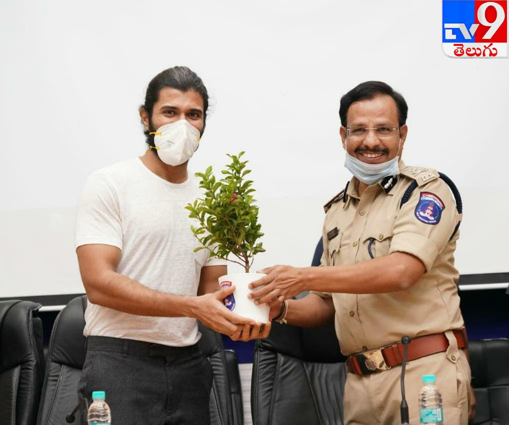 Plasma Donors Vijay Devarkonda, ప్లాస్మా డొనేట్ చేసిన దాతలను సన్మానించిన హీరో 'విజయ్ దేవరకొండ'