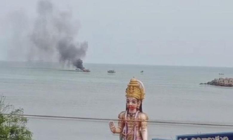 fire at visakhapatnam harbor, విశాఖ హార్బర్లో అగ్ని ప్రమాదం…