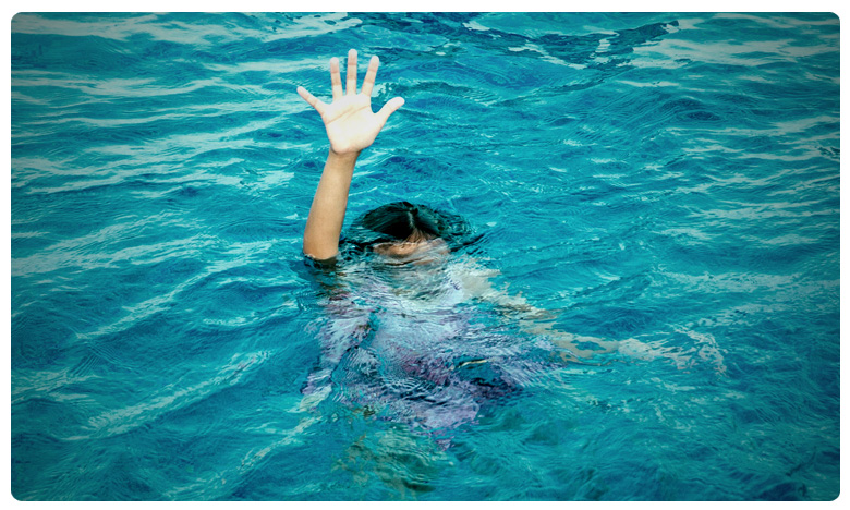 two little boys fell into a pond and died in East Godavari district, ఈతకు వెళ్లి ఇద్దరు బాలుర మృతి