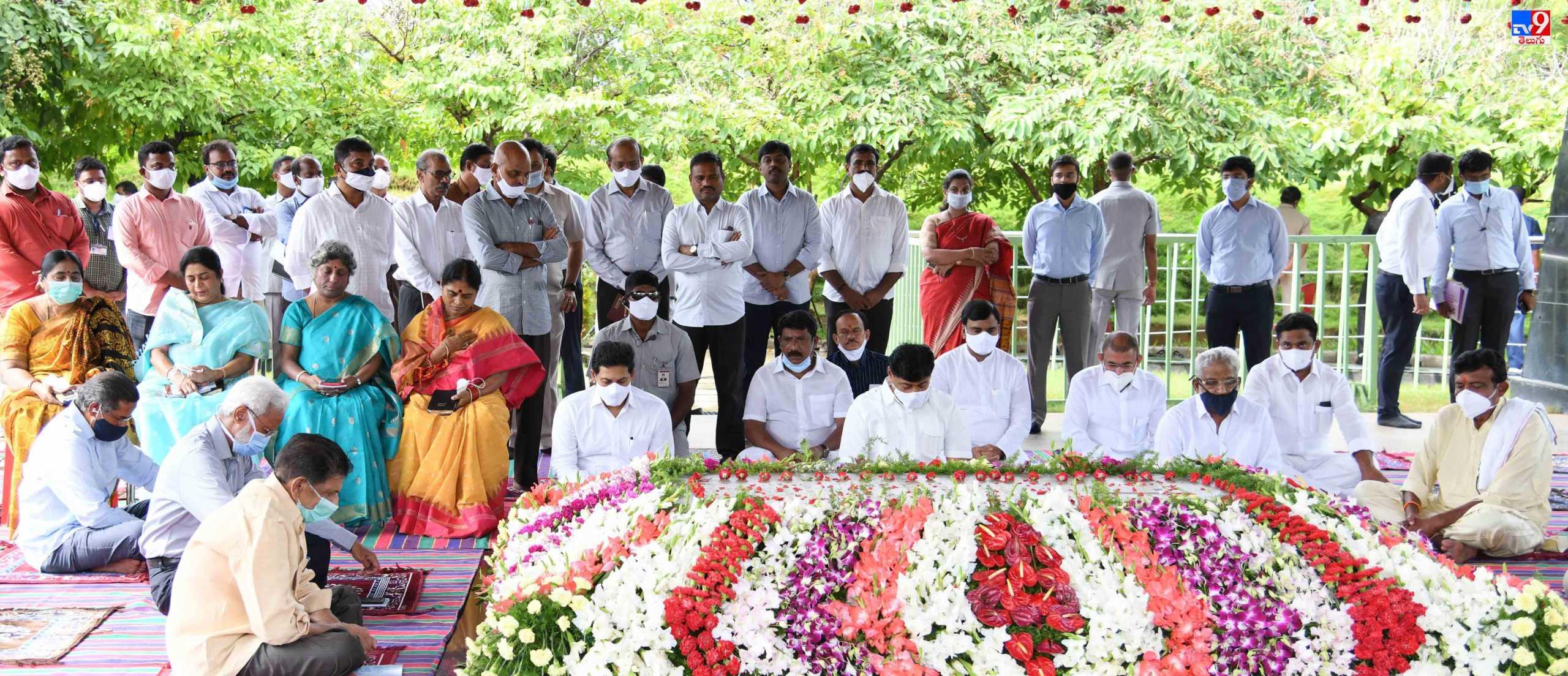DR YS Raja Sekhar Reddy Vardanthi, మహానేతకు కుటుంబసభ్యుల నివాళులు