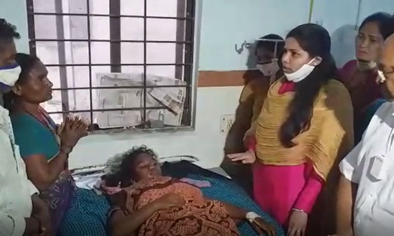 a couple was married off at the jagtial government hospital by their villagers, ఆస్పత్రియే కళ్యాణ వేదికగా ఒకటైన ప్రేమజంట