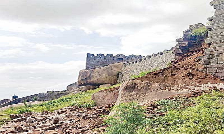 Collapsed Golconda fort compound wall due to heavy rain, కూలిన గోల్కొండ కోట ప్రహారీ గోడ