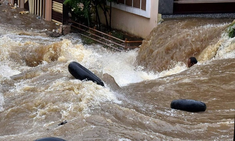 Hyderabad water board distribute bleaching and chlorine tablets to door to door, ఇంటింటికీ బ్లీచింగ్ పౌడర్, క్లోరిన్ మాత్రలు