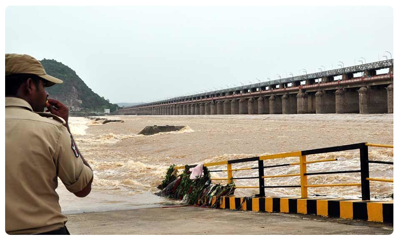 first flood warning issued at Prakasam Barrage, Alert : ప్రకాశం బ్యారేజ్ వద్ద మొదటి ప్రమాద హెచ్చరిక జారీ