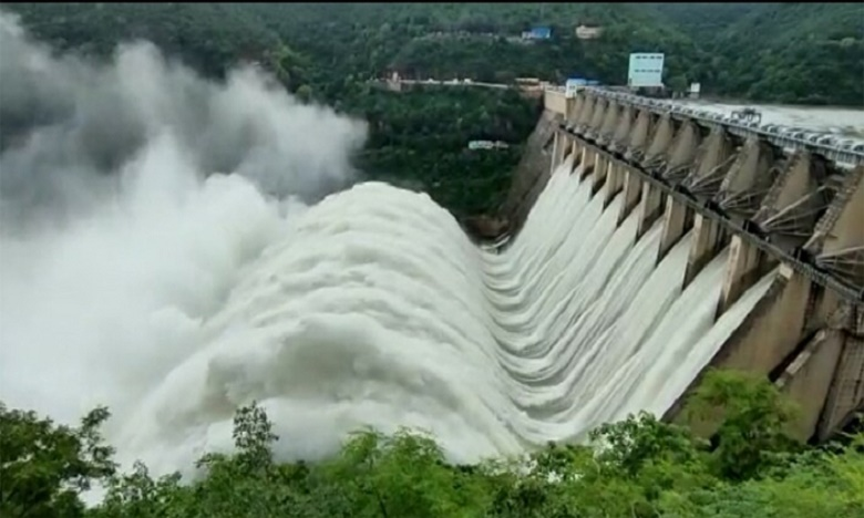 heavy flood to srisailam dam 10 crustgates lifted, పరవళ్లు తొక్కుతున్న కృష్ణమ్మ.. శ్రీశైలం డ్యామ్ 10 గేట్లు ఎత్తివేత