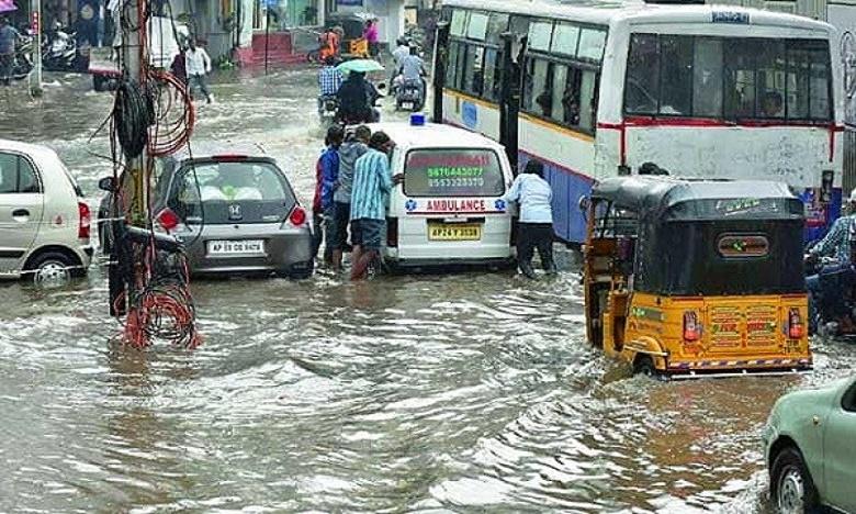 traffic diversion in hyderabad due to heavy rain floods, జలమయమైన హైదరాబాద్ రోడ్లు.. పలుచోట్ల  ట్రాఫిక్ మళ్లింపు